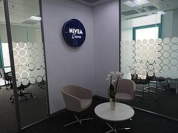 Оформление офиса Nivea. Печать на стекле. 1