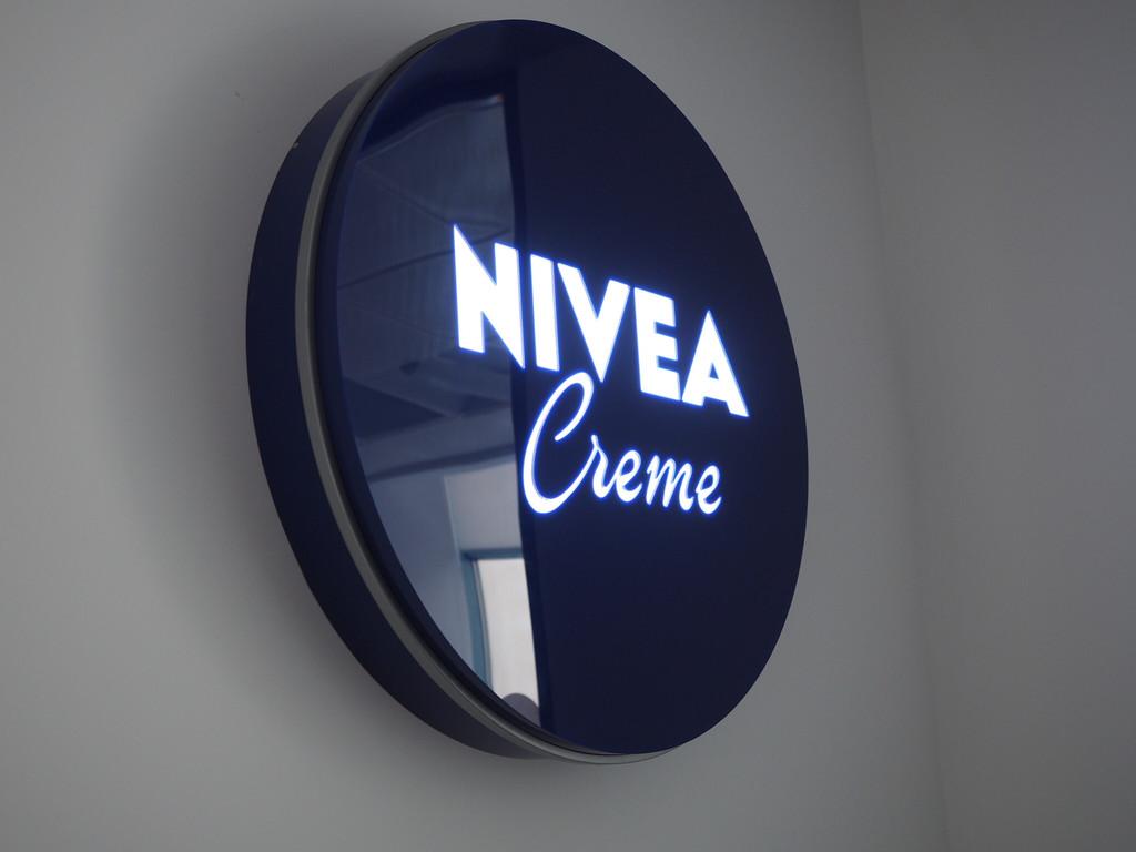Оформление офиса Nivea. Печать на стекле.