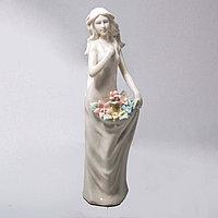 """Фарфоровая статуэтка """"Застенчивая девушка с цветами"""""""