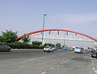 Строительство пешеходного моста из металлического каркаса