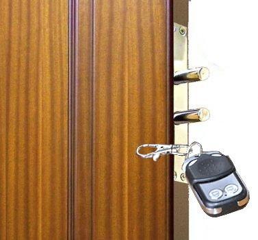 Радиобрелок управляет дверью, используя беспроводной канал связи