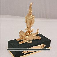 Скульптура «Золотой человек»