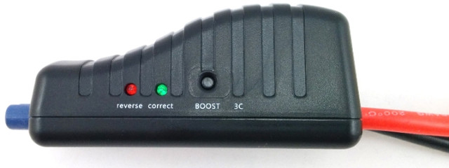 """На электронном блоке пусковых проводов """"Carku E-POWER Elite"""" 44,4 Вт/ч размещены два световых индикатора и кнопка """"BOOST"""""""