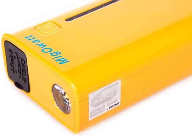"""Встроенный аккумулятор универсального пуско-зарядного устройства """"Carku E-POWER-37"""" отличается высокой емкостью"""
