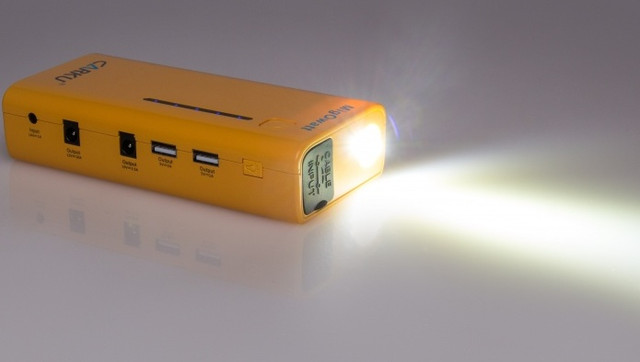 "Пуско-зарядное устройство ""Carku E-POWER-37"" оборудовано ярким светодиодным фонариком"