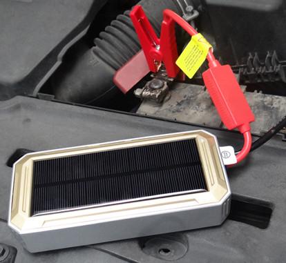 """Благодаря высокоемкому аккумулятору, установленному в универсальном пуско-зарядном устройстве """"JumpStarter Solar"""", Вы без проблем запустите с его помощью двигатель своей машины"""