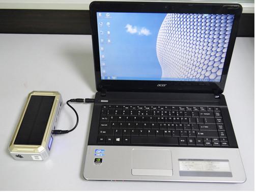"""С помощью универсального пуско-зарядного устройства """"JumpStarter Solar"""" с солнечной панелью Вы сможете легко """"оживить"""" ноутбук с """"севшей"""" аккумуляторной батареей"""