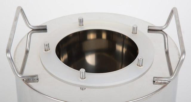 Благодаря широкому отверстию в перегонном кубе аппарат очень легко мыть после использования