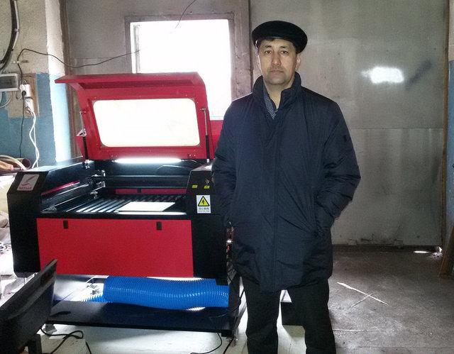 Клиент из города Кокшетау со своим только что полученным заказом - станком лазерной резки и гравировки с ЧПУ.