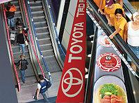 Реклама на поручнях эскалаторов