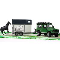 Внедорожник Land Rover Defender с прицепом-коневозкой и лошадью, фото 1