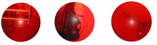 Обнаруженные детектором светящиеся точки — скрытые камеры видеонаблюдения. Слева направо: в светильнике, дамской сумочке, на потолке