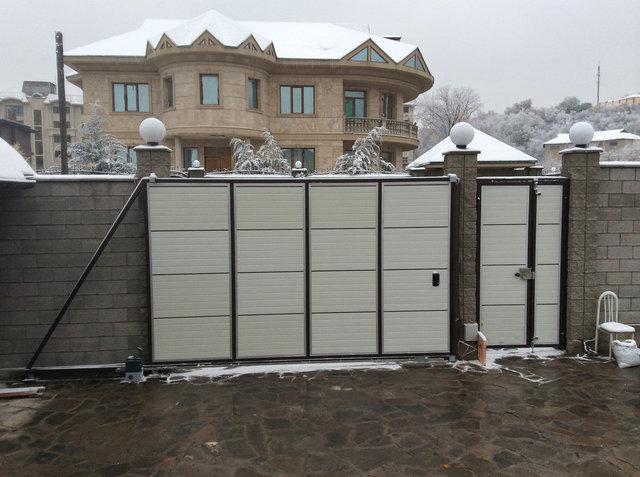 Ворота откатные консольного типа с двухстворчатой калиткой вид изнутри