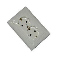 Legrand Valena Белый Розетка 2-ая с/з с защитными шторками литая ( 774427)