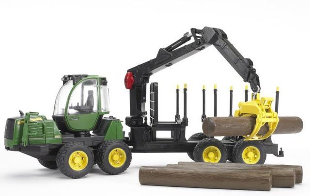 Трактор John Deere 1210E с прицепом с манипулятором и брёвнами