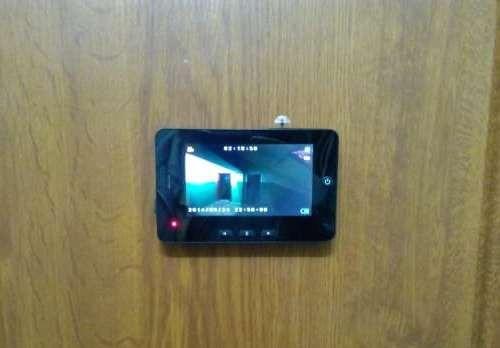 """Внешний монитор видеоглазка  """"SITITEK Simple II"""" устанавливается на дверь с помощью крепежной пластины"""