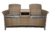 Плетеное ротанговое кресло, совмещенное со столиком