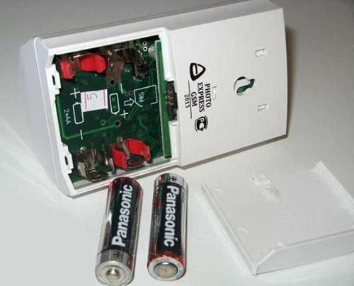 """Батарейный отсек прибора """"Photo Express GSM"""" находится под его задней крышкой"""
