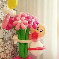 Малышка-малыш с букетиком на выписку фигуры из шаров в Павлодаре, фото 1