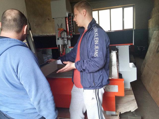 Наш специалист проводит бесплатный инструктаж клиента по работе на фрезерно-гравировальном станке с ЧПУ на нашем складе в г.Алматы.