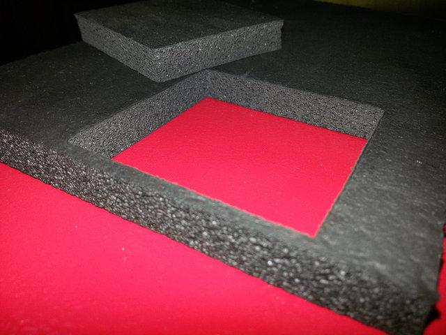 Лазерный станок данной модели способен на очень качественный рез полимерных пеноматериалов.