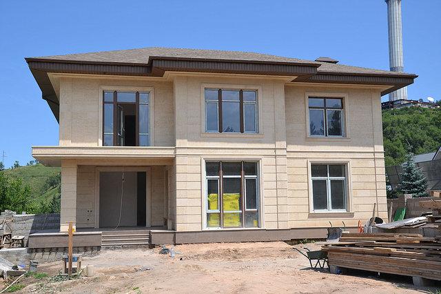 После подшивки карнизов и монтажа водостоков. Как видите, дом приобретает законченный вид.