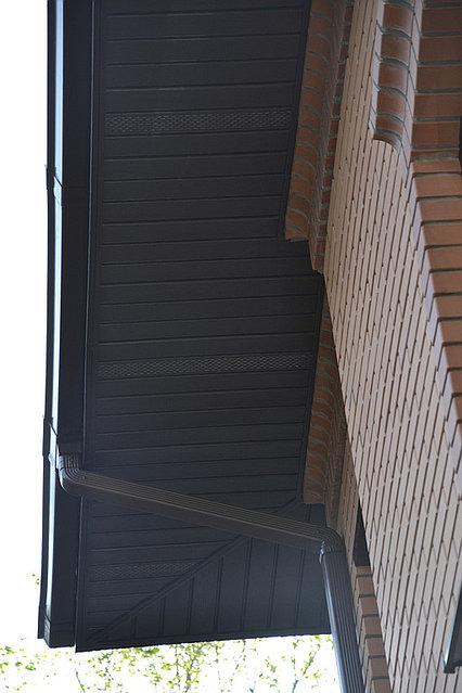 Перфорированный софит монтируется для притока воздуха в чердачное пространство