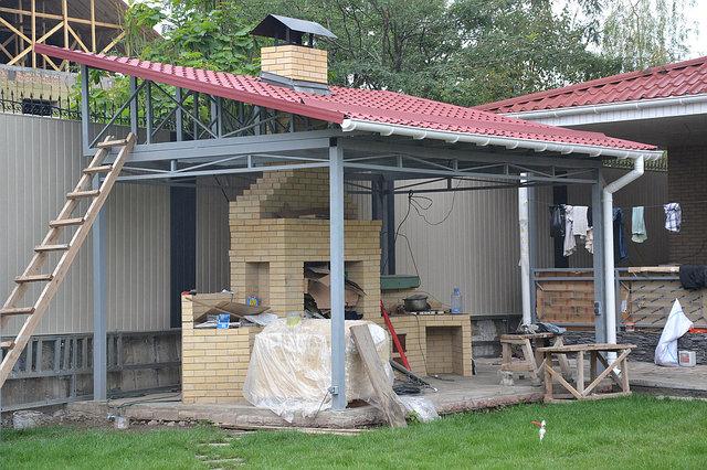 Конструкции навеса изготовлены в цеху, на месте осуществлялся только монтаж. Изготовление с монтажем заняло 1,5 недели