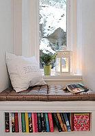 Мягкая скамья возле окна