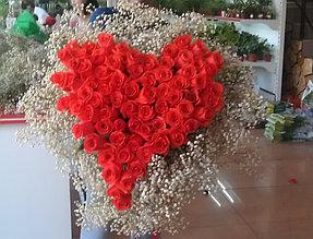 На заказ мы собираем и оформляем композиции любой сложности. На фото сердце из 75 роз.