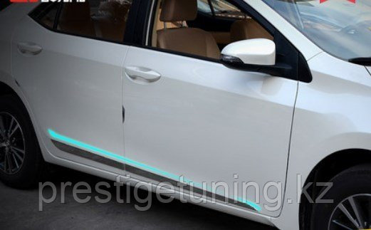 Боковые молдинги на двери Corolla 2013+