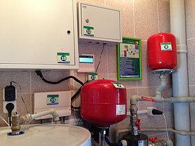 Инудукционный котел, шкаф управления котлом, пульт управления солнечным водонагревателем, мембранные баки, система дистанционного управления (GSM-модуль), солнечный контроллер