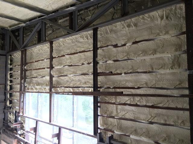Утепление фасада из травертина. Заполнены все щели и пустоты между плитками. Поверхность отлично утеплена несмотря на большое количество арматуры в каркасе данного фасада