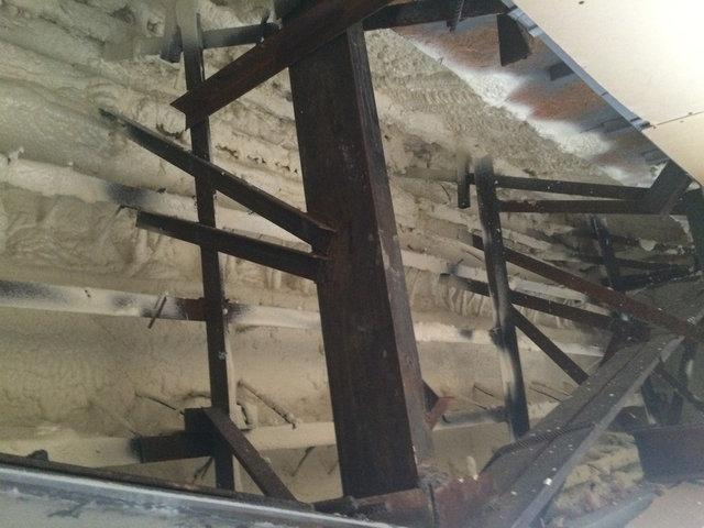 Утепление пенополиуретаном (ППУ) подкровельной части здания и свеса кровли выполненного из травертина.