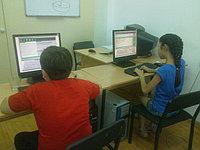 Школьники на занятиях информатики