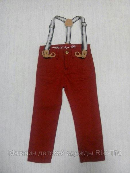 Яркие брюки на подтяжках