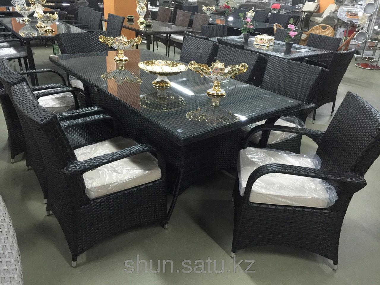 Комплект мебели из искусственного ротанга (стол и восемь кресел)