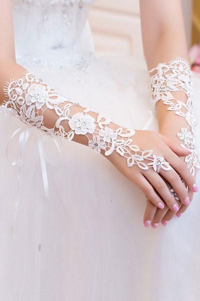 Перчатки белые со стразами