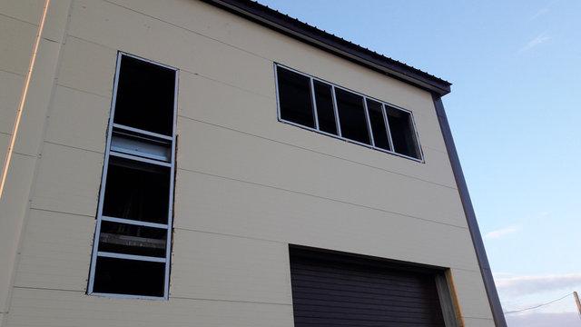 Пластиковые окна, односторонняя ламинация, установка отливов