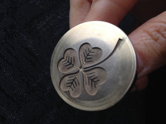 Нанесение гравировки на металлическую печать под сургуч -1