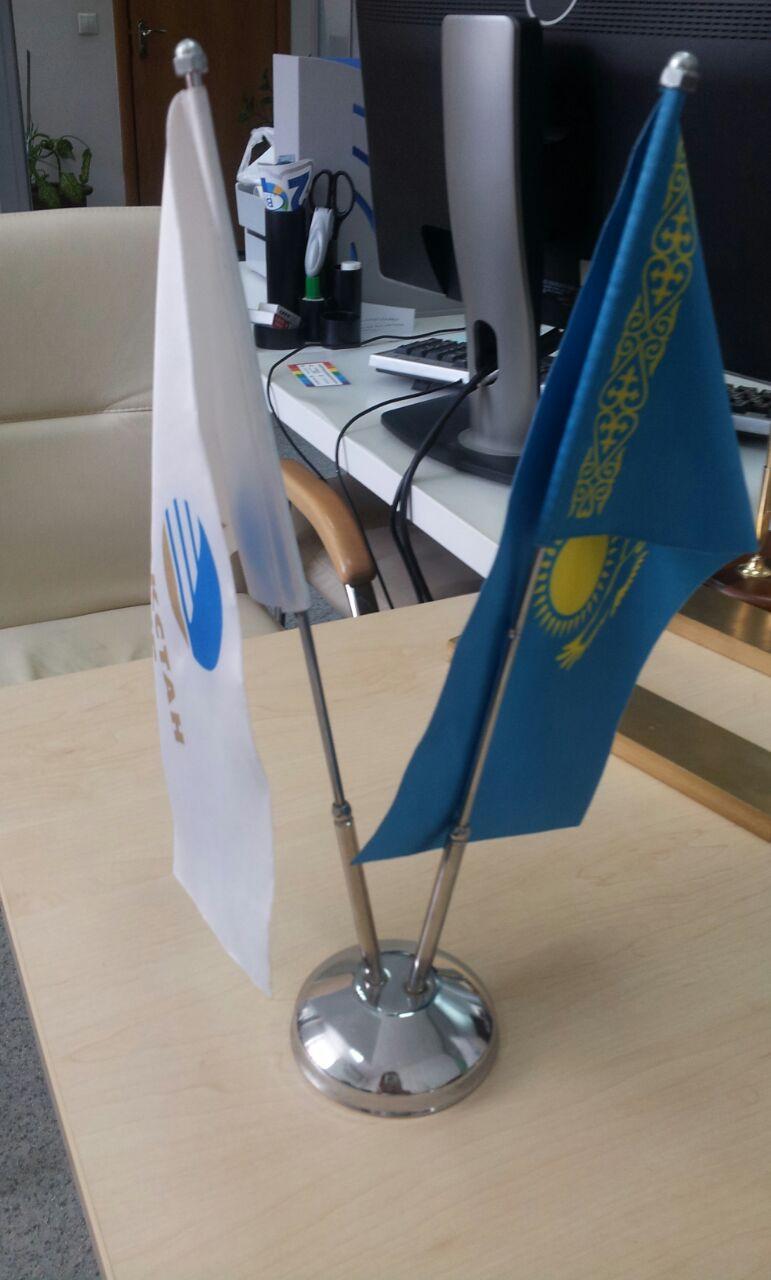 Флагшток металлический настольный двух рожковый