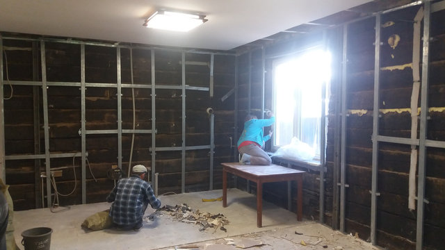 Разборка стен жилого дома .