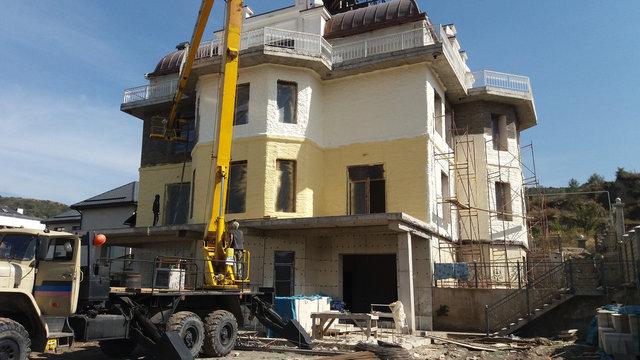 Фасад дома после нанесения утеплителя ППУ