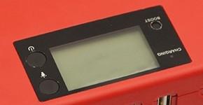 """Наличие яркого жидкокристаллического дисплея — одно из главных преимуществ пуско-зарядного устройства """"Carku E-POWER 45"""" перед многими аналогами"""