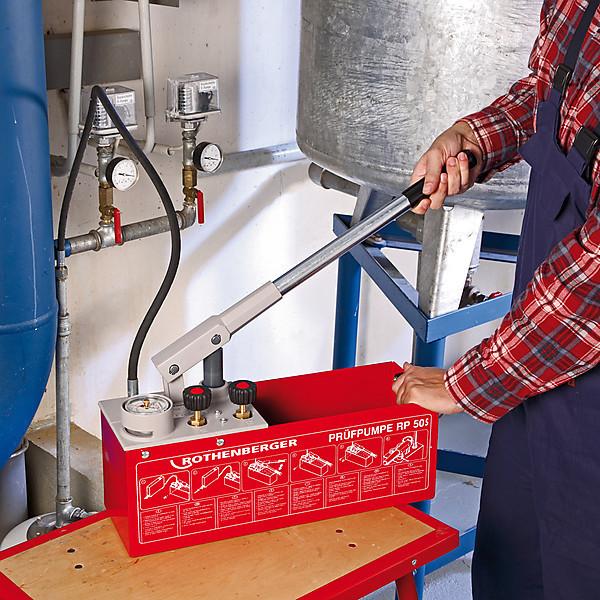 Насосы для опрессовки электрические 3-6 л в мин и ручные.