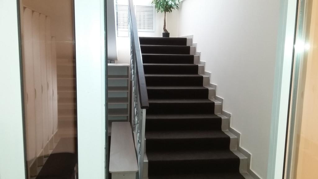 "Лестница и коридор в детском центре ""UniqKids"""