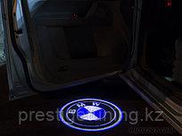 Лазерная проекция логотипа автомобиля под двери