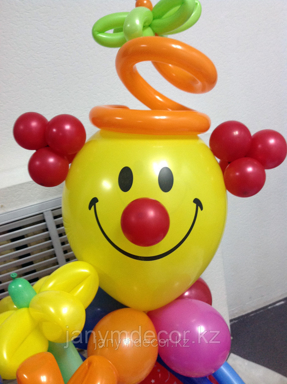 Клоун с букетом к 8 марта - фото 1