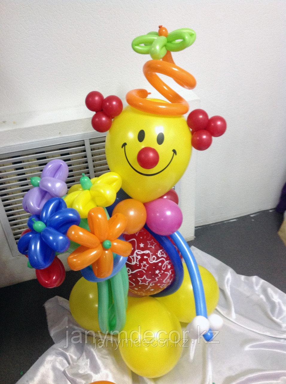 Клоун с букетом к 8 марта - фото 5