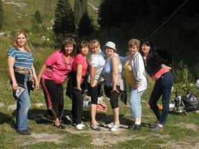 Я вторая слева в розовой кофточке и штанах с полоской. Лето 2013 года